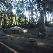 「方正地区日本人公募」((右)と、「麻山地区日本人公墓」