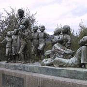 土庄港に在る『平和の群像』(大石先生と12人子どもたち)