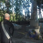 「公墓」の前で読経してくださった僧侶の遠藤様(湘南支部)