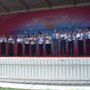 「復元した舞台」で紫金草合唱団他の合唱
