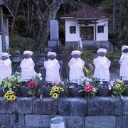 「六地蔵」(福島県檜枝岐村)凶作で間引きされた子供たちの供養に1730年(享保15)に建立された。