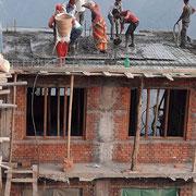 Betonieren : Handarbeit ohne Kran und Maschine