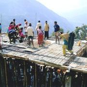 Viele Dorfbewohner helfen mit