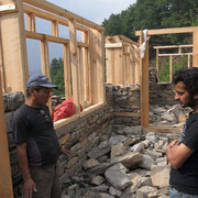 Badri, unser Bauingenieur aus Betini im Gespräch mit Bauarbeitern