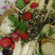 Beelitzer Spargel, Ofenkartoffeln, Kräuterpesto, geröstete Kürbiskerne, Kräutersalat