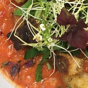 Gekühlte Gazpacho mit gerösteten Brotwürfeln & Balsamico-Karamell
