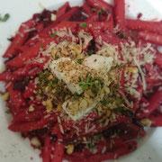 Rote Bete-Macadamianuss-Pesto, Pasta, Ziegenfrischkäse-Honigtaler, Thymian