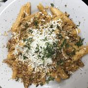 Pasta mit Chorizo, weißem Spargel, Parmesan-Carbonara, Thymian, Mandelbrösel & geriebenem Ricotta