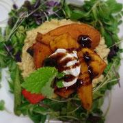 Gebackener Ziegenkäse, Orangen-Hokkaido, Haselnuss-Polenta, Kräutersalat, Feigen-Balsamico