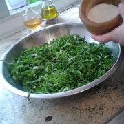 Salar las verduras para deshidratar.
