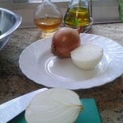 Pelar y cortar las cebollas.
