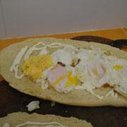 Le ponemos 6 huevos fritos con condimentos a gusto.