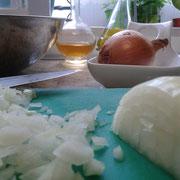 Cortar las cebollas muy pequeñas, pero muy pequeñas.