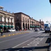 eine Straße mit wunderhübschen Häuserfassaden, meist Hotels