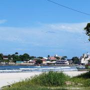 auf dem schönen Strand kann man gut bis in den Ort laufen