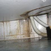 Wasseraustritt unter Waschtisch durch undichten Spülmaschinenanschluss