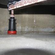 Wasseraustritt unter Duschwanne durch abgerissene Silikonfuge
