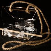 Воздушная, прозрачная кормушка для птиц.