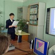 Ученица 8-Б класса Мезенцева Оля защищает на секции работу по химии
