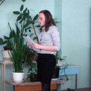 Оля Григорьева (10-А) защищает работу по физике о поющих песках