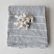 Leinenhandtuch in grau mit weißen Streifen von Lapuan Kankurit