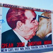 Berliner Mauer Bruderkuss, Chruchtschow und Honecker   Sehenswürdigkeiten Hauptstadt Deutschland Berlin