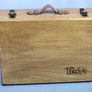 木製の本体に合皮製の持ち手付