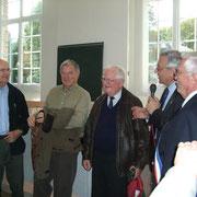 Etienne Jacheet présente les trois pilotes de la patrouille ; de gauche à droite, Philippe Golain, leader de la patrouille, puis Claude Gigot et à droite, le Colonel Chambon, président d'honneur de l'Aéroclub Jean Demozay-Morlaix