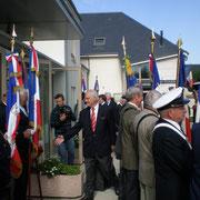 Le Président du Conseil Général, Eric Doligé, salue les porte-drapeaux...