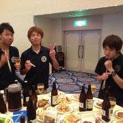 食事を楽しむ上田さん