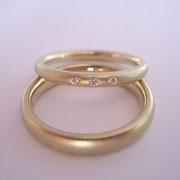 585/- Roségold mit drei kleinen eingeriebenen Diamanten