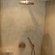 Douche en stuc à la chaux