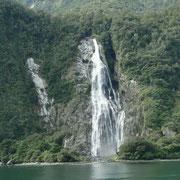 Ein ansehnlicher Wasserfall (170 m)