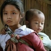 Kinder aus dem Dorf am Ufer