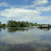 Traditionell gebaute Haeuser im Wasser