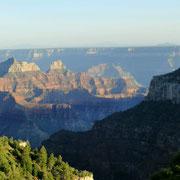Blick über den Canyon. Bis zum linken Gipfel sind es 7 km.