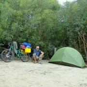 Kleines Zelt auf grossem Platz