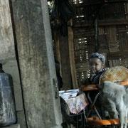 Frauen und Kinder fruehstuecken in der Kueche