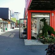 Kleines Einkaufszentrum aus Containern