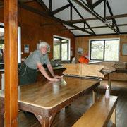 John, der Hüttenwart, beim Saubermachen