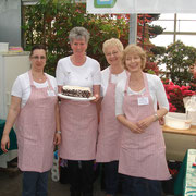 Landfrauen präsentieren ihre Torte