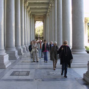 unter den antiken Säulen