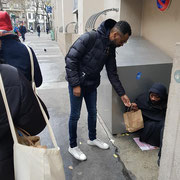 """Maraude solidaire dans Paris avec l'association """"Espoir"""" dont Abel Boyi est le parrain."""