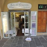 Vor dem Tuchladen Giachi Grazia