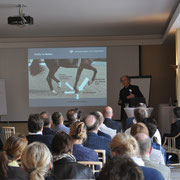 Prof. Heinrich  Uni Osnabrück erläutert die besonderen Aufgaben von Hochleistungsreitplatzböden