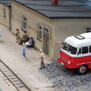 Die 1. Reisenden warten schon auf den Zug.