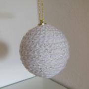 Umhäkelte Weihnachtskugel in Weiß und Silber   -   (c) Atelier Anne Sänger