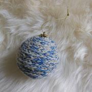 Umhäkelte Weihnachtskugel in Blau und Weiß   -   (c) Atelier Anne Sänger