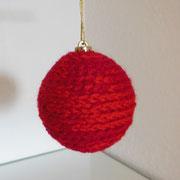 Umhäkelte Weihnachtskugel in Rot   -   (c) Atelier Anne Sänger