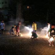 子供達+花火+境内。夏らしい雰囲気ですねぇ~